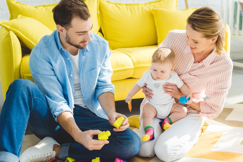 使用与女婴一会儿母亲的父亲拿着她 免版税图库摄影