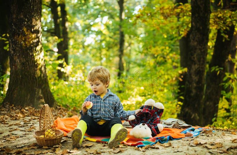 使用与女用连杉衬裤的男婴 儿童概念 小男孩享受童年年 每童年事关 无忧无虑的童年 免版税库存图片