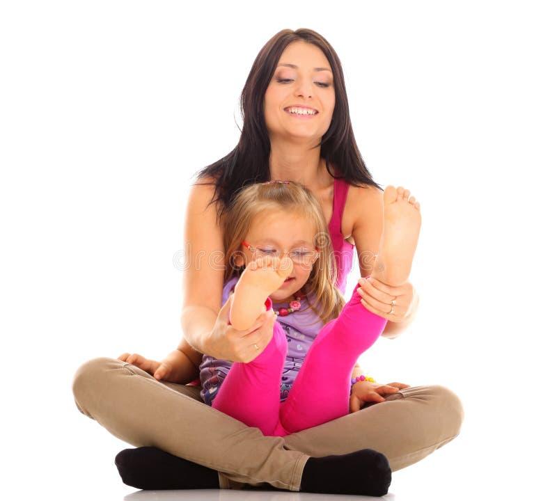 使用与她的女儿的愉快的家庭母亲 免版税库存照片