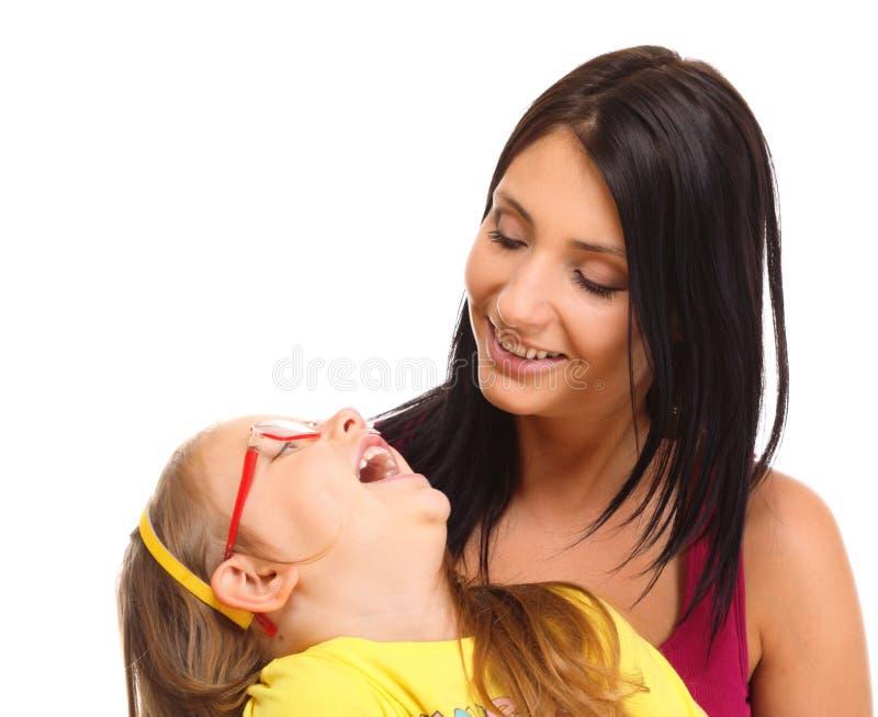 使用与她的女儿的愉快的家庭母亲 图库摄影