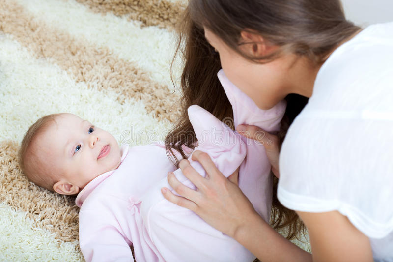 使用与她的女儿的新母亲 库存照片