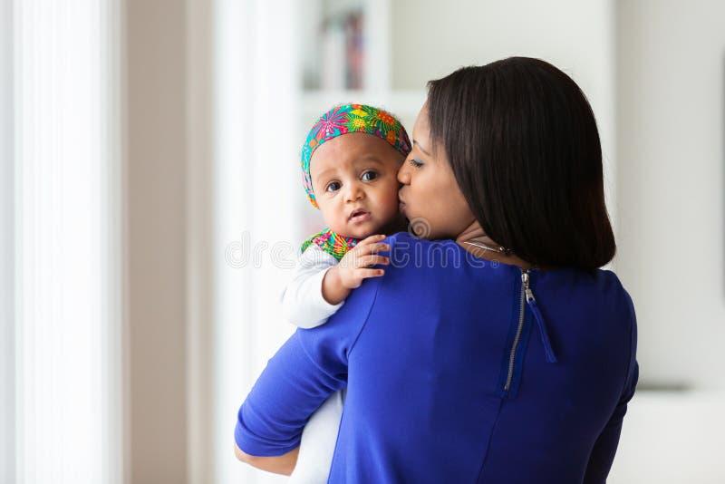 使用与她的女婴的年轻非裔美国人的母亲 免版税库存照片
