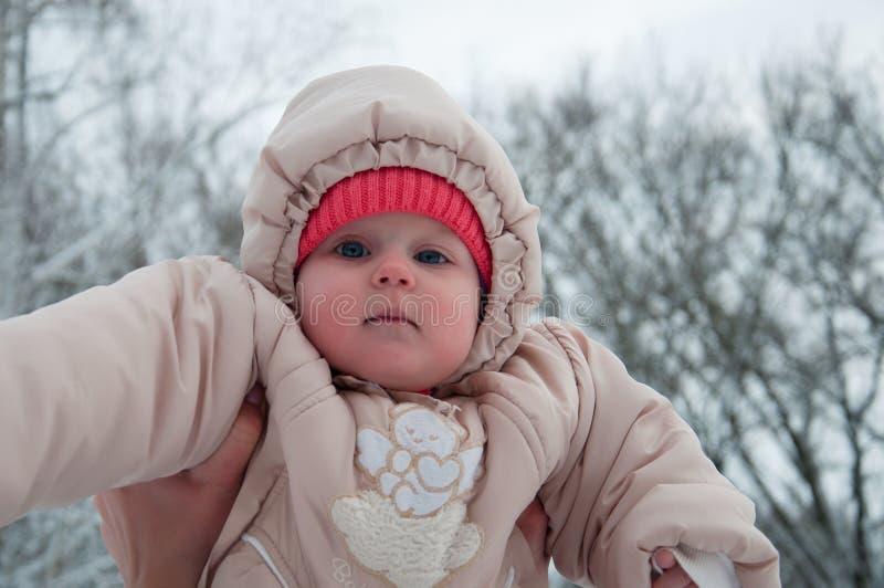 使用与她的妈妈的儿童女孩在冬天森林里 免版税库存照片