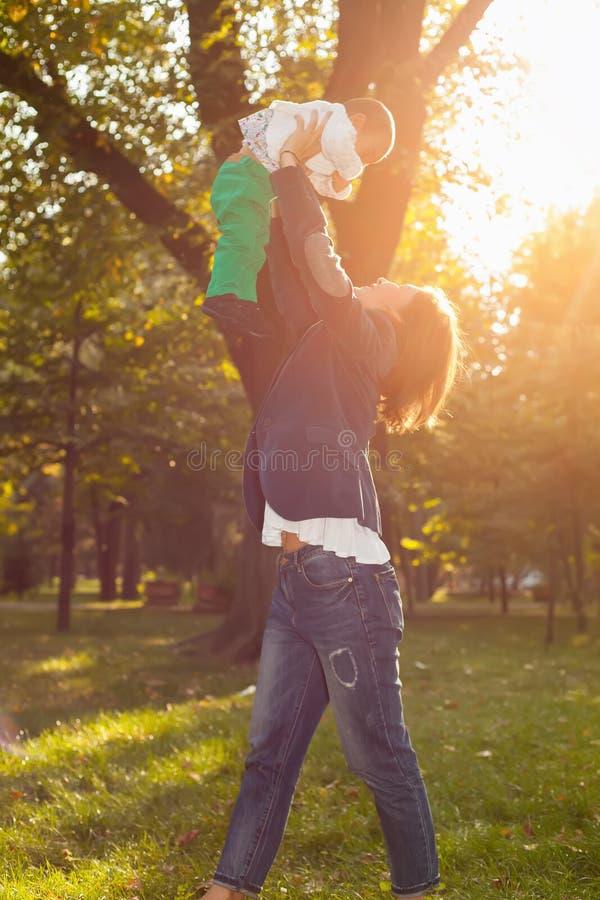 使用与她的孙子的亚裔老婆婆在公园 免版税库存图片