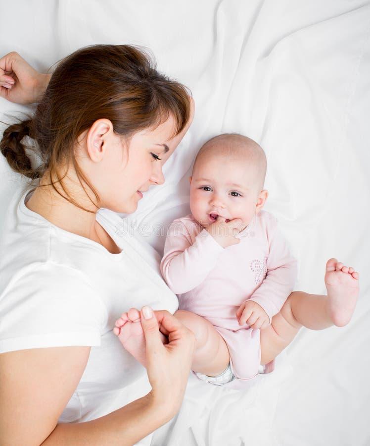 使用与她的小婴儿的愉快的母亲 图库摄影