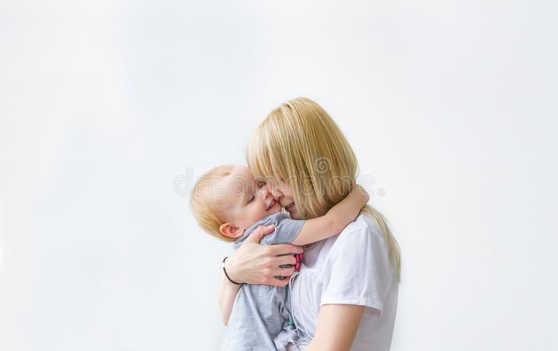 使用与她的小小孩女孩的年轻母亲 图库摄影