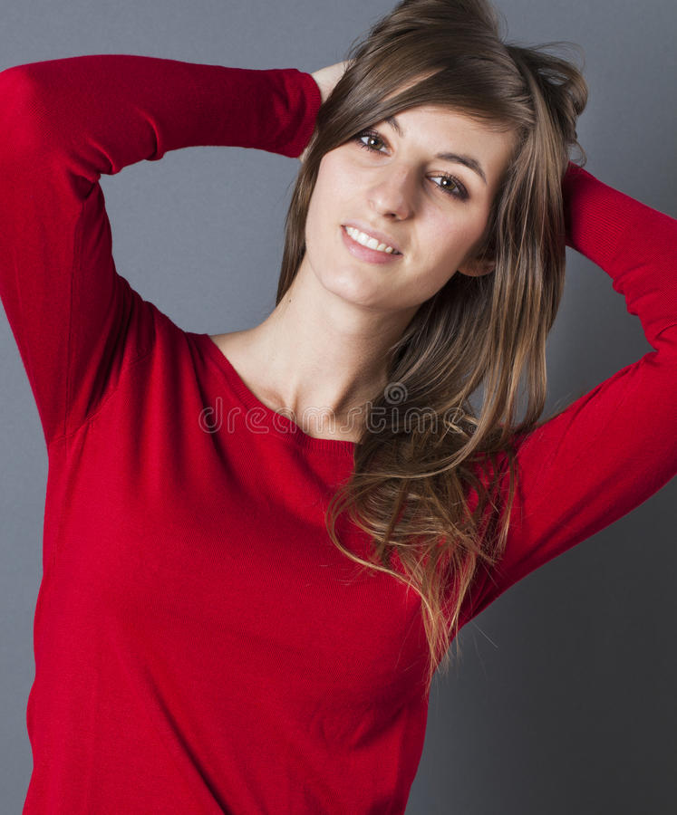 使用与她的淫荡的头发的微笑的美丽的少妇 库存图片