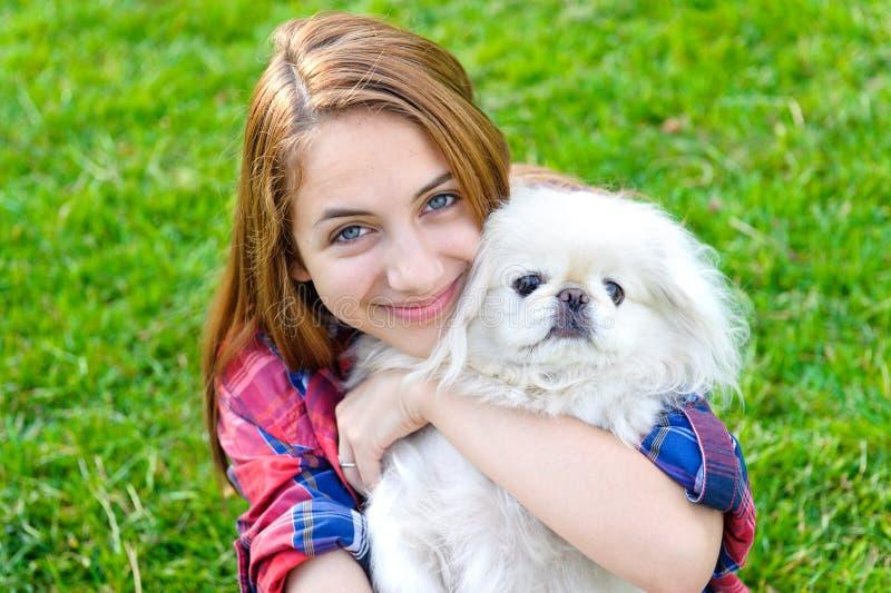 使用与她的狗的女孩室外 免版税图库摄影