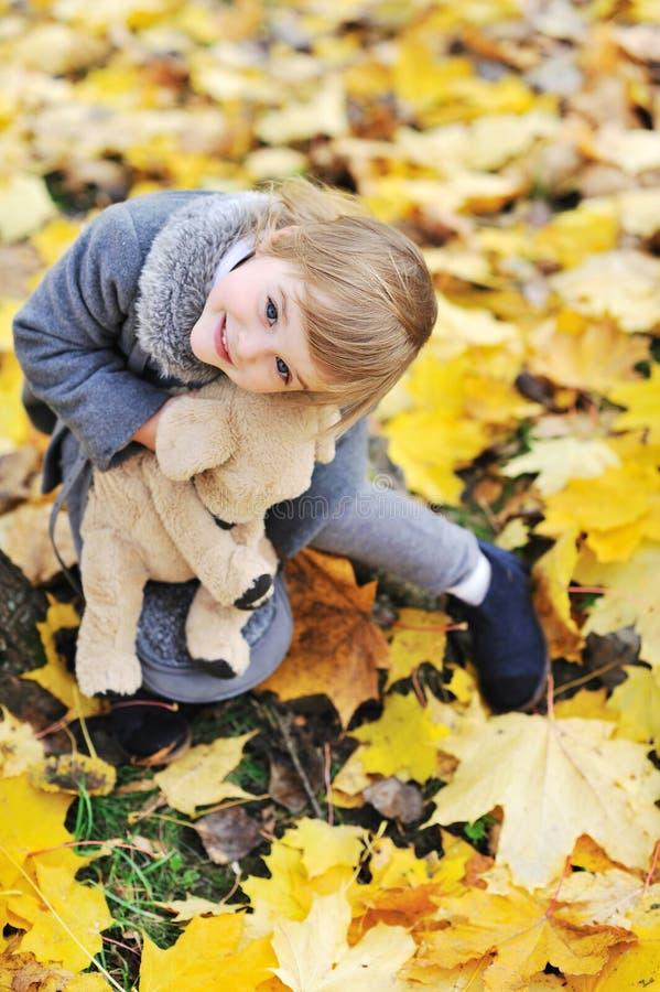 使用与她的玩具的小女孩在公园 图库摄影