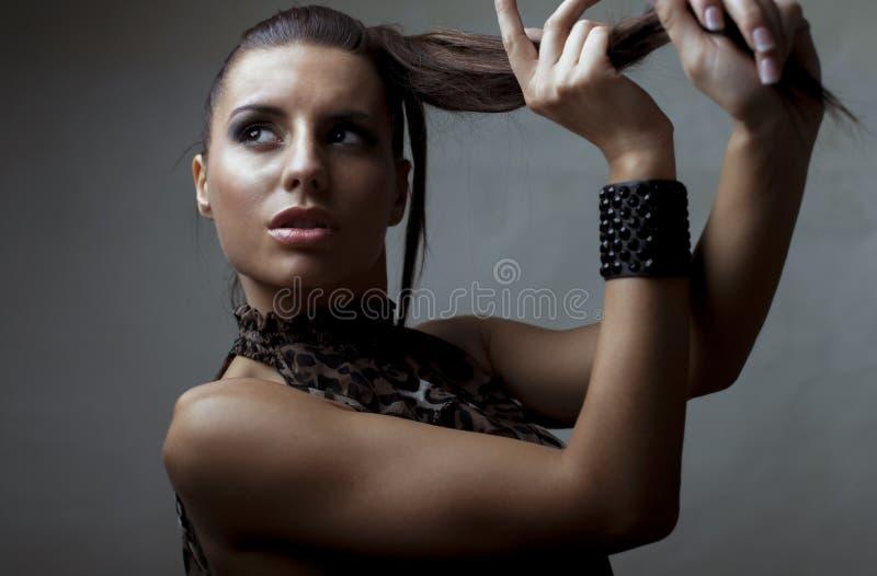 使用与她的马尾辫的美丽的肉欲的女孩 免版税库存照片