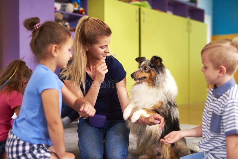 使用与孩子的年轻女人和她的狗 免版税图库摄影
