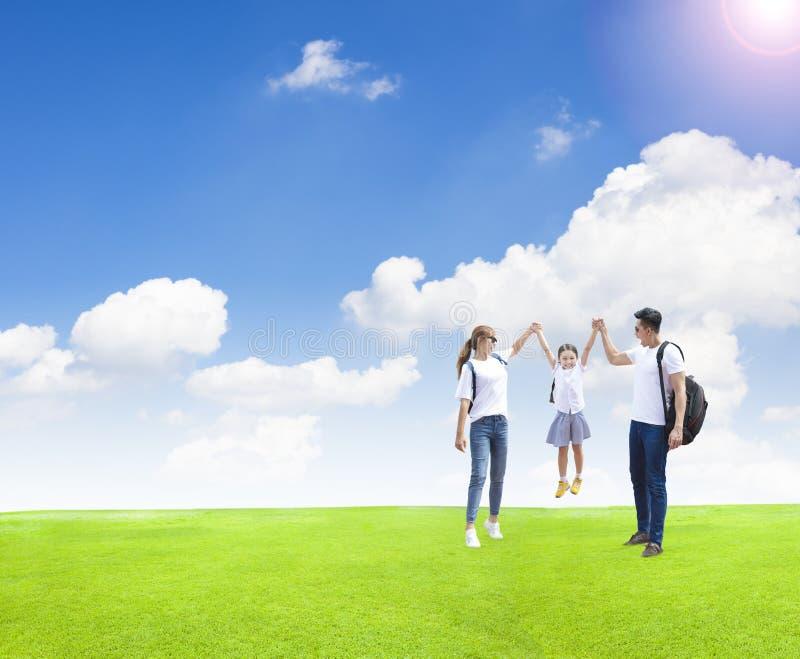 使用与孩子的愉快的家庭在公园 免版税图库摄影