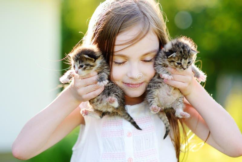 使用与小小猫的可爱的小女孩 免版税库存图片