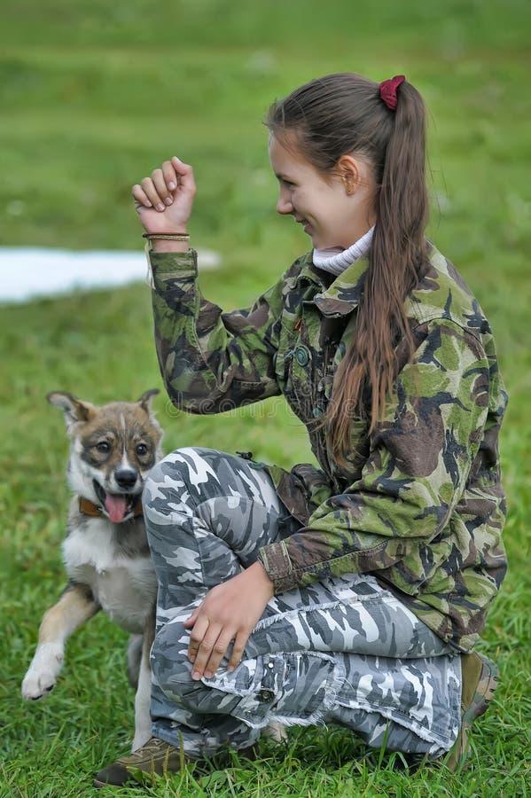 使用与小狗的青少年的女孩 库存照片