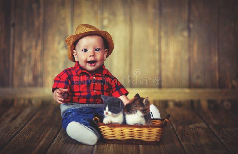 使用与小猫的愉快的男婴 免版税库存图片