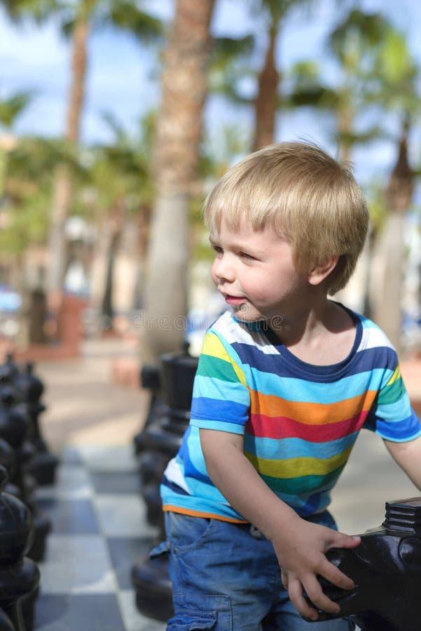 使用与巨型棋的孩子 免版税库存照片