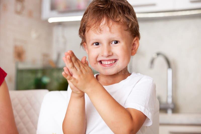 使用与彩色塑泥的愉快的男孩 免版税库存照片