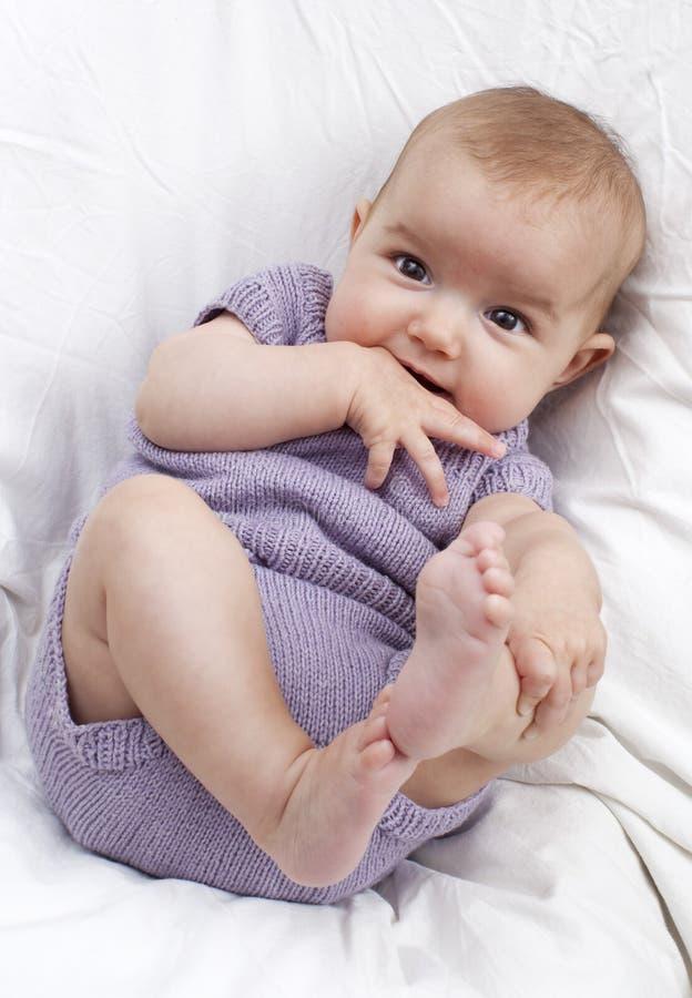 使用与手指的嬉戏的婴孩 免版税库存图片