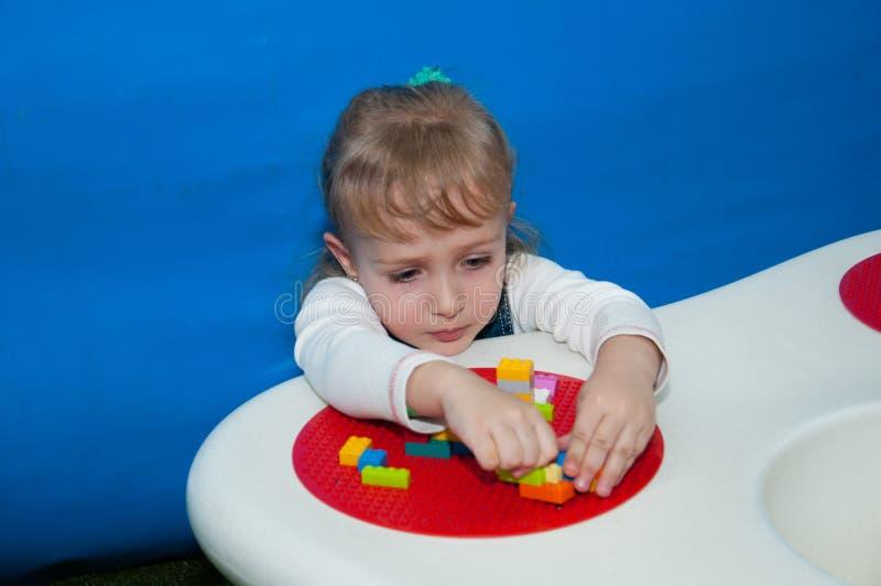 使用与操场的一位设计师的儿童女孩 库存图片
