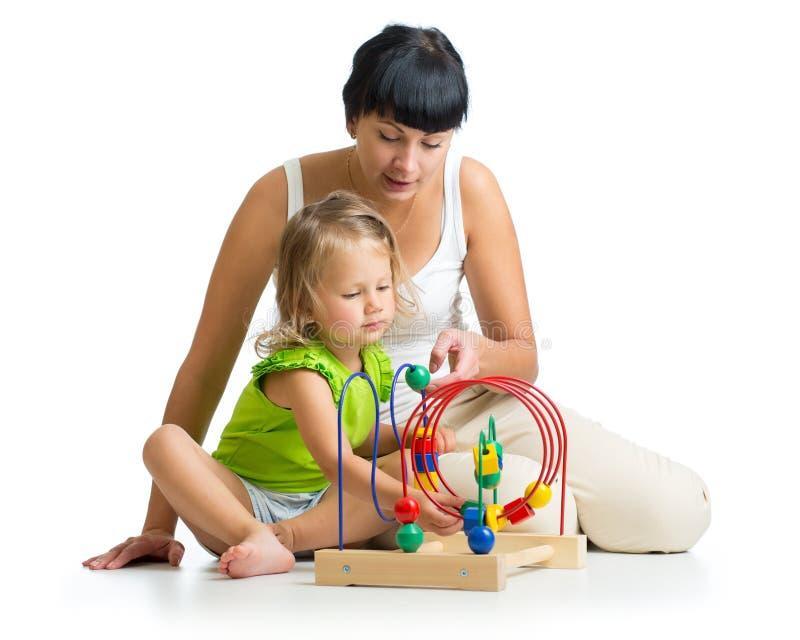 使用与教育玩具的孩子和母亲 图库摄影