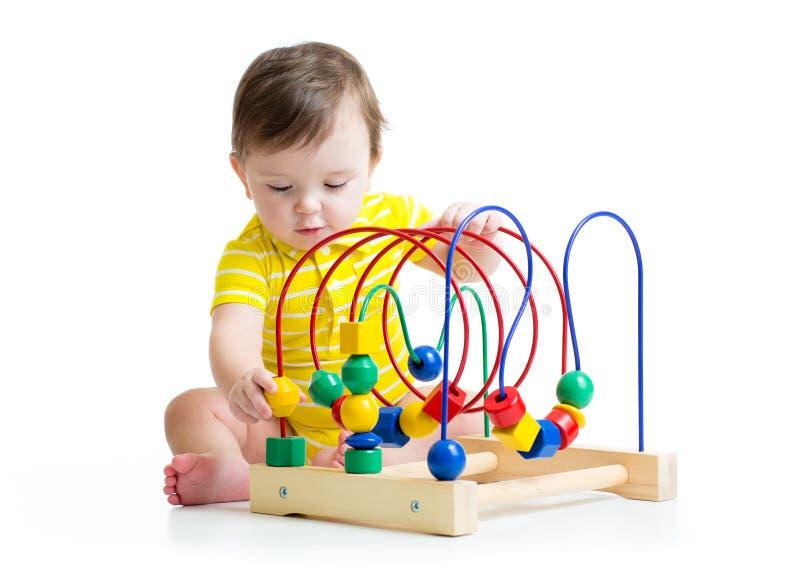 使用与教育玩具的男婴 免版税库存照片
