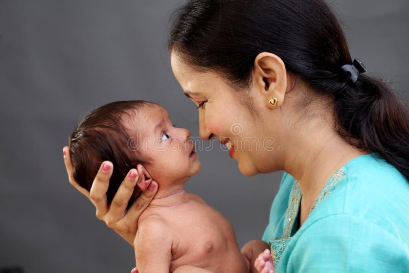使用与新出生的快乐的母亲 库存图片