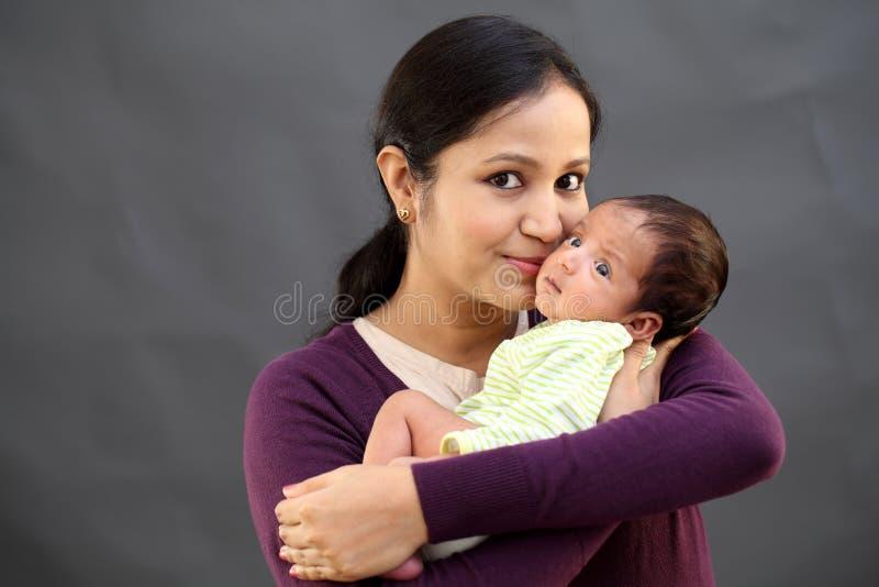 使用与新出生的快乐的母亲 免版税库存图片