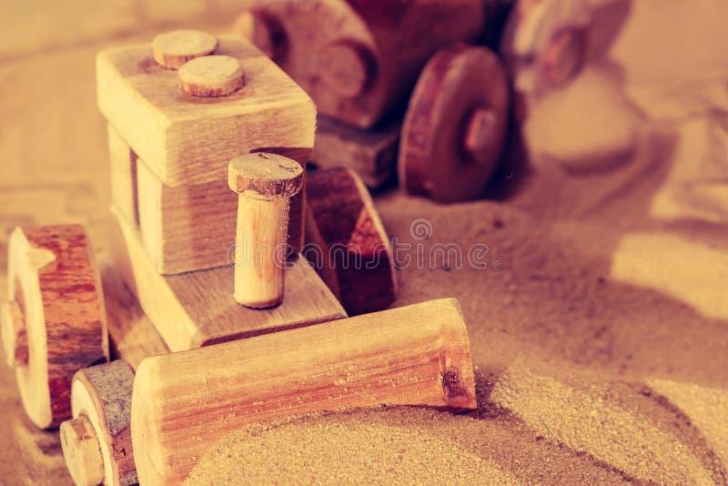 使用与木玩具拖拉机推土机的小孩 免版税图库摄影