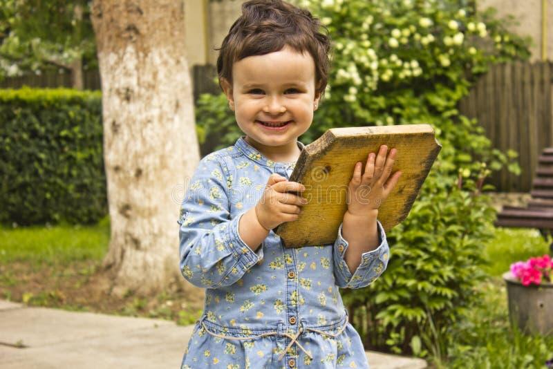 使用与木盘的小女孩 库存图片
