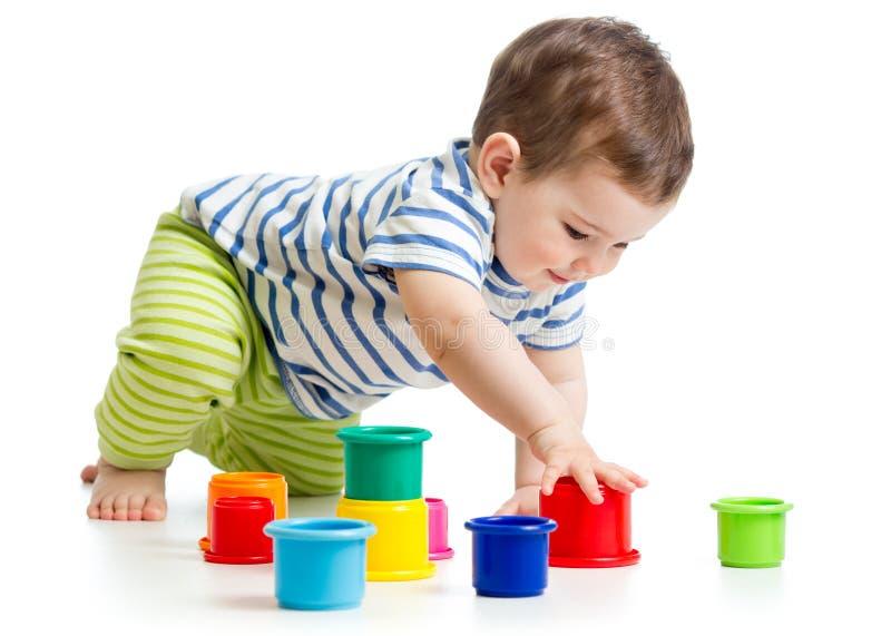 使用与杯子玩具的小孩男孩 免版税库存图片