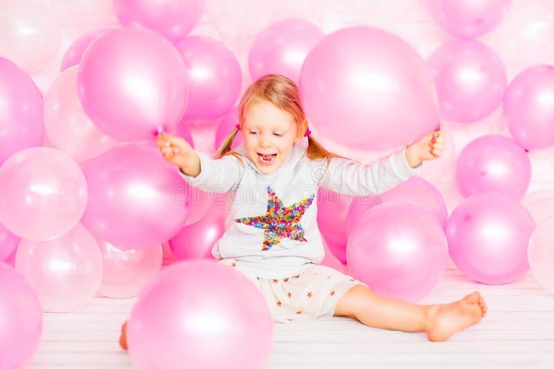 使用与桃红色气球的小女孩 免版税库存图片