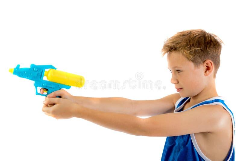 使用与水枪的青春期前的男孩 免版税库存照片