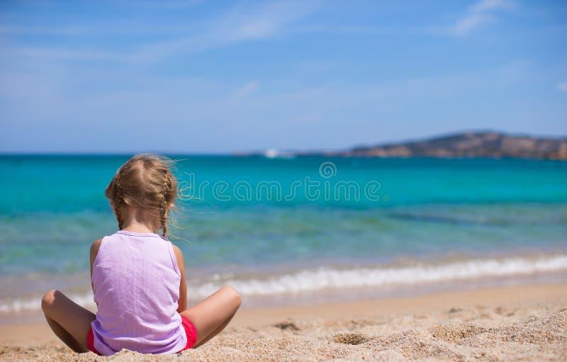使用与沙子的可爱的小女孩在白色 图库摄影