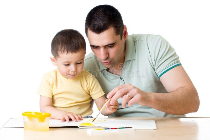 使用与油漆颜色的爸爸和孩子 库存照片