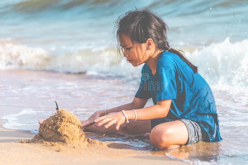 使用与波浪和沙子的女孩在芭达亚海滩 免版税库存照片