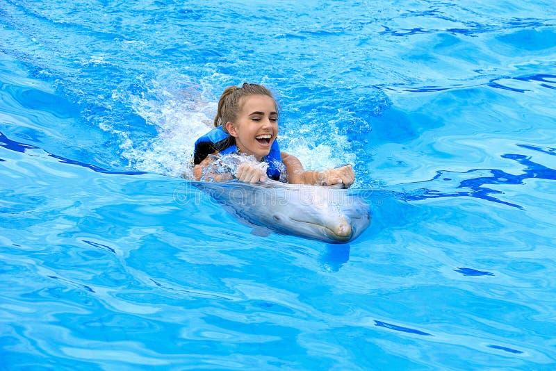 使用与海豚的青少年的女孩 图库摄影