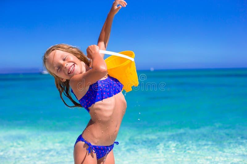 使用与海滩玩具的小可爱的女孩 免版税图库摄影
