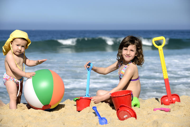 使用与海滩的孩子在沙子戏弄 库存图片