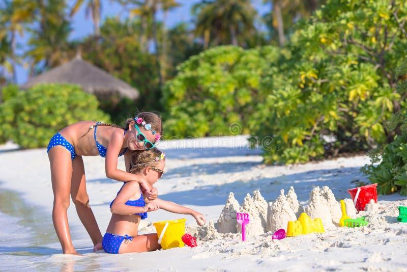 使用与海滩的愉快的小女孩戏弄在期间 免版税库存图片