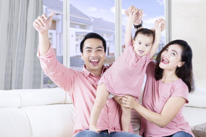 使用与父母的愉快的小女孩 库存照片