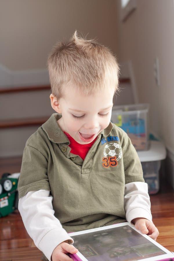 使用与片剂的小男孩 库存照片