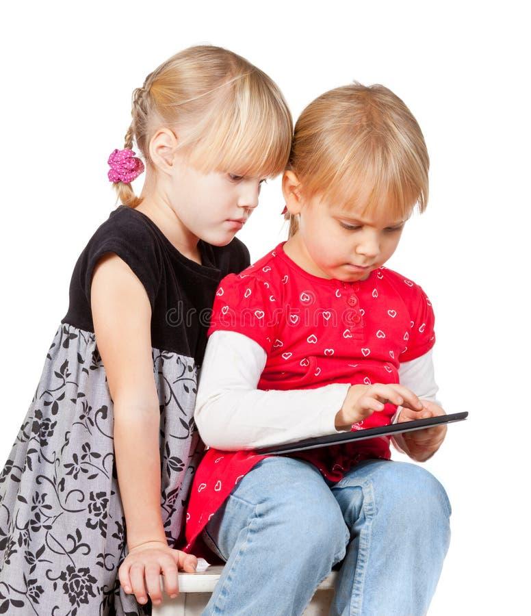使用与片剂计算机的女孩 免版税库存图片