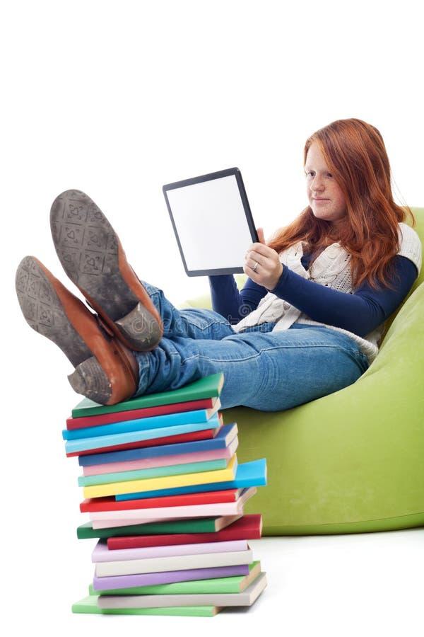 使用与片剂计算机的有雀斑的女孩 免版税库存照片