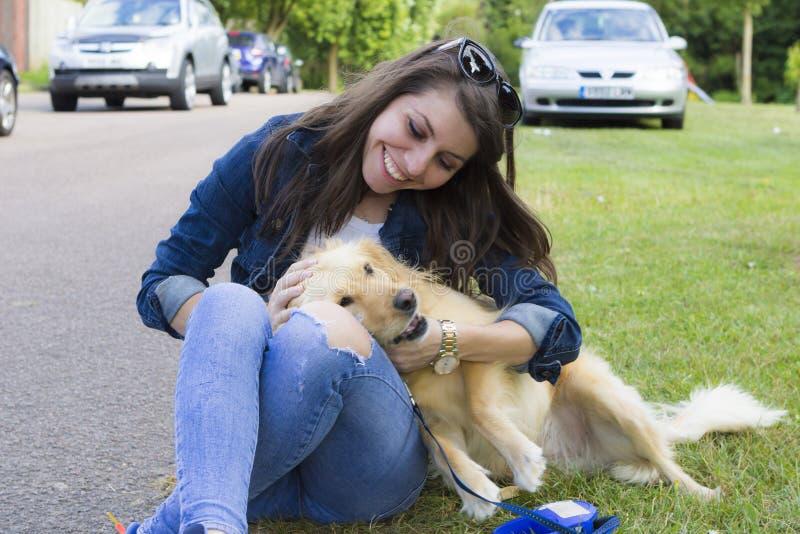 使用与狗的女孩在夏日 图库摄影