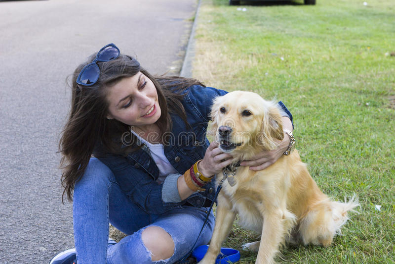 使用与狗的女孩在夏日 库存图片
