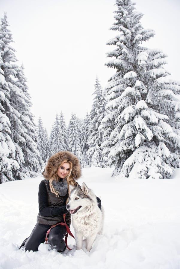 使用与狗的愉快的少妇 免版税图库摄影
