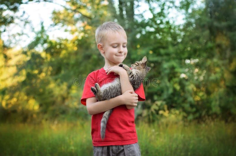 使用与猫的男孩 库存照片