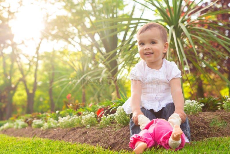 使用与玩偶的女孩 免版税库存图片