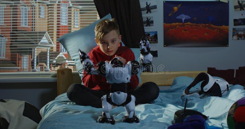 使用与玩具机器人的男孩 免版税库存照片
