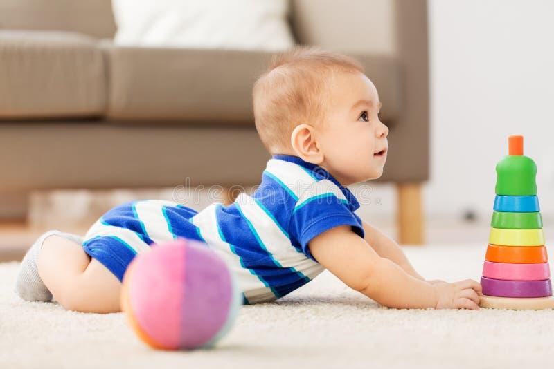 使用与玩具球的甜矮小的亚裔男婴 免版税图库摄影